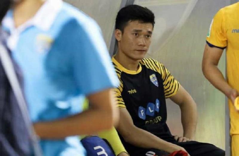 Ngồi ghế dự bị, thủ môn Bùi Tiến Dũng liên tục làm điều bất ngờ khi nhìn đồng đội tỏa sáng trên sân-1