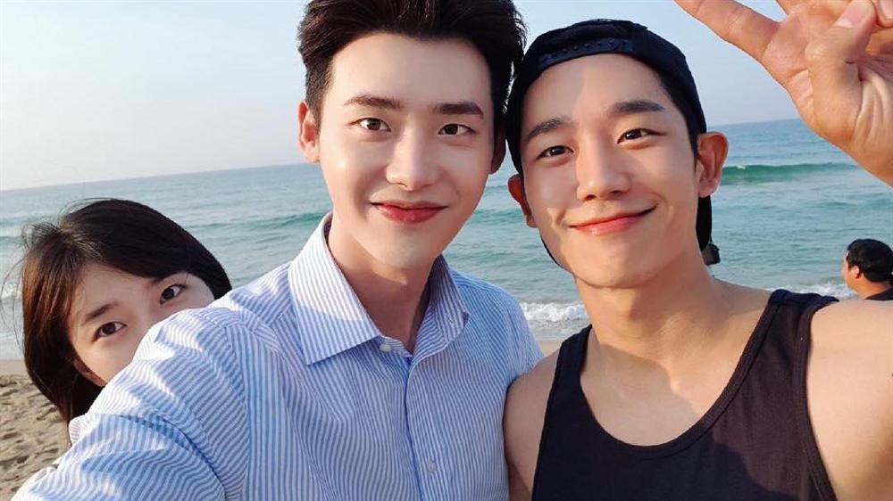Park Shin Hye và Lee Sung Kyung đọ sắc tại sân bay-3