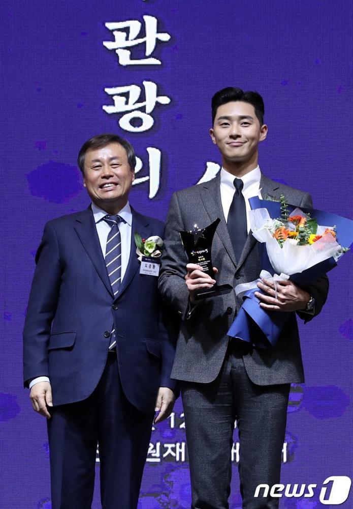 Park Seo Joon thắng giải thưởng lớn tại 2018 Star Of Korean Tourism Award cho phim Thư ký Kim sao thế?-2