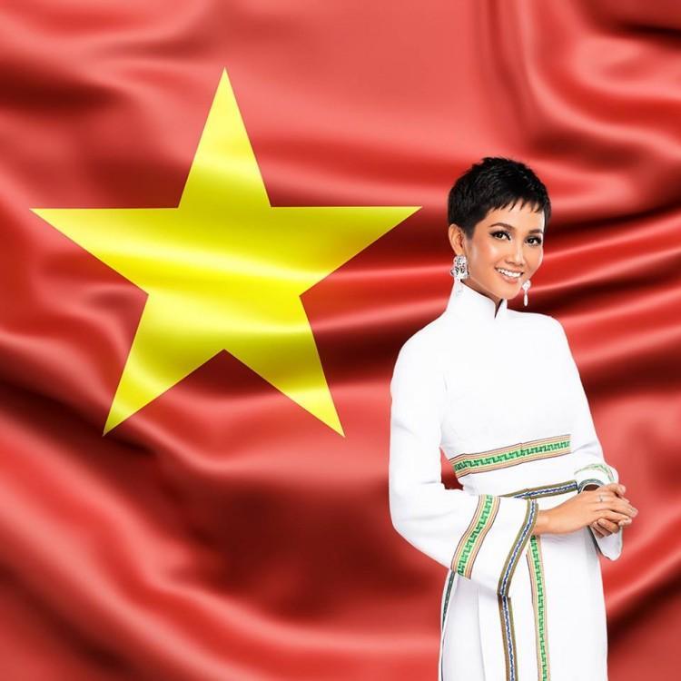 H'Hen Niê đích thị là cổ động viên cuồng nhiệt của Đội tuyển Việt Nam-1