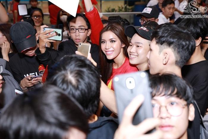 Minh Tú khiến sân bay Tân Sơn Nhất đông vui như trẩy hội khi trở về từ Miss Supranational 2018-5