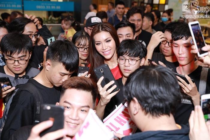 Minh Tú khiến sân bay Tân Sơn Nhất đông vui như trẩy hội khi trở về từ Miss Supranational 2018-4
