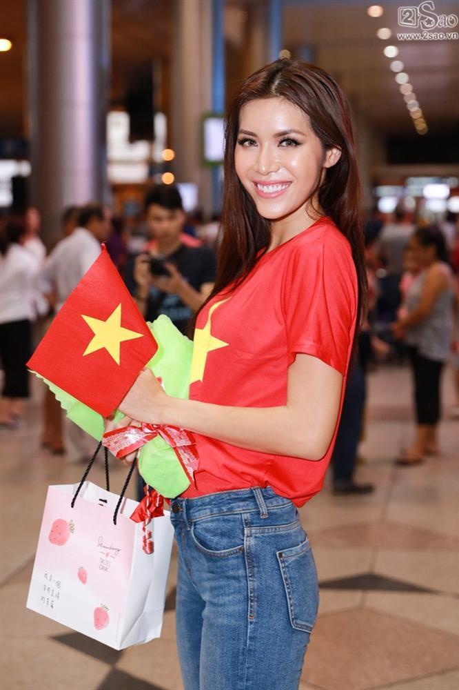 Minh Tú khiến sân bay Tân Sơn Nhất đông vui như trẩy hội khi trở về từ Miss Supranational 2018-12