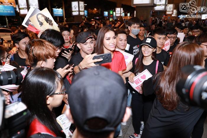 Minh Tú khiến sân bay Tân Sơn Nhất đông vui như trẩy hội khi trở về từ Miss Supranational 2018-8