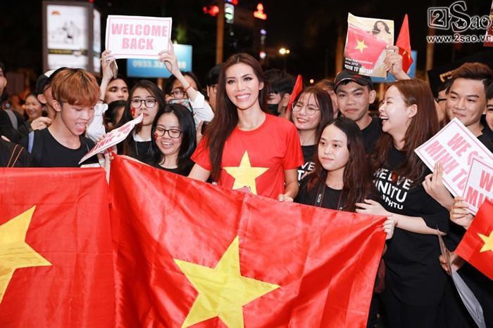 Minh Tú khiến sân bay Tân Sơn Nhất đông vui như trẩy hội khi trở về từ Miss Supranational 2018-7