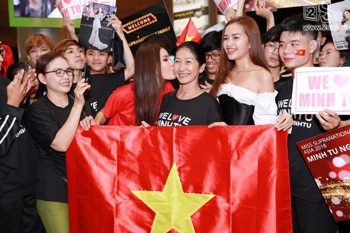 Minh Tú khiến sân bay Tân Sơn Nhất đông vui như trẩy hội khi trở về từ Miss Supranational 2018-11