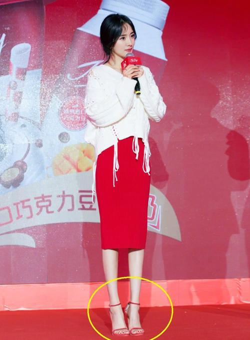 Đôi giày cao gót rộng như đi mượn được Dương Mịch diện liên tục-3