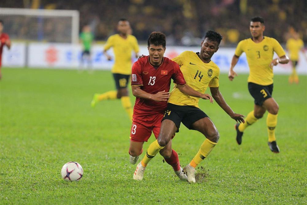 Hà Đức Chinh bị chỉ trích quả tạ, chân gỗ, Trang Trần yêu cầu Hãy là fans bóng đá có não-1
