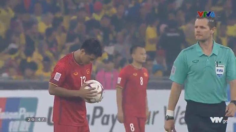 Hình ảnh không lên sóng nhưng hot nhất sau trận đối đầu Malaysia: Đức Chinh bật khóc rời sân khi thay người-2