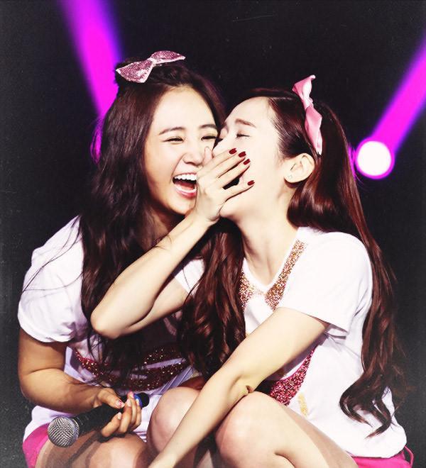 Jessica đã rời nhóm 4 năm, Yuri vẫn gián tiếp khẳng định SNSD luôn có 9 thành viên bằng hành động này-4