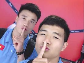 Trước tâm điểm bị chỉ trích, phản ứng gây tranh cãi của Đức Chinh khi chụp cùng thủ môn Bùi Tiến Dũng
