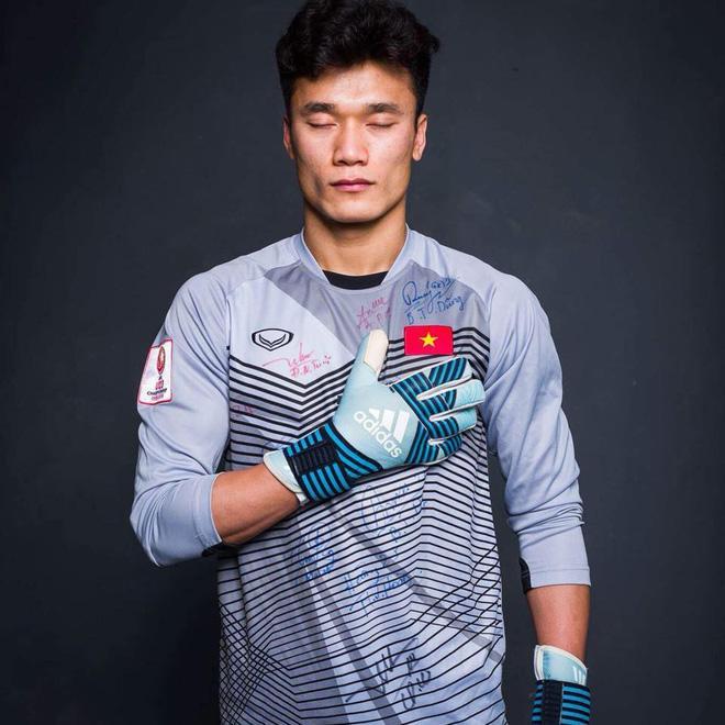 Có một năm thi đấu chưa thực sự tốt, thủ môn Bùi Tiến Dũng bất ngờ nhận quà khủng trước trận đánh cuối của AFF Cup-2