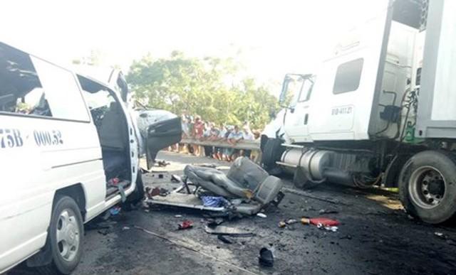 Xe container nổ lốp càn quét trên đường, 12 người nhập viện-1