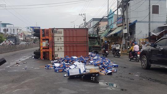 Sau tiếng nổ, container lật như phim, bia văng tứ tung trên Quốc lộ 1-1