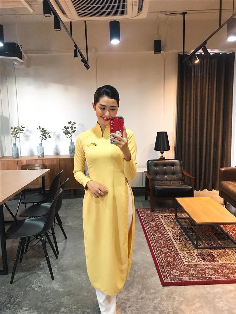 Nữ tiếp viên hàng không bất ngờ bị truy lùng info vì khoảnh khắc chụp ảnh cực xinh bên Quang Hải, Hồng Duy-5