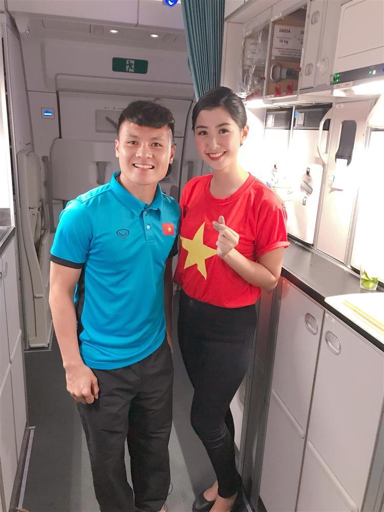 Nữ tiếp viên hàng không bất ngờ bị truy lùng info vì khoảnh khắc chụp ảnh cực xinh bên Quang Hải, Hồng Duy-1