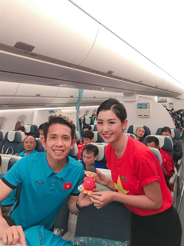 Nữ tiếp viên hàng không bất ngờ bị truy lùng info vì khoảnh khắc chụp ảnh cực xinh bên Quang Hải, Hồng Duy-2