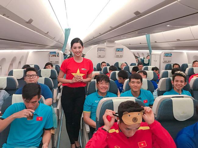Nữ tiếp viên hàng không bất ngờ bị truy lùng info vì khoảnh khắc chụp ảnh cực xinh bên Quang Hải, Hồng Duy-6