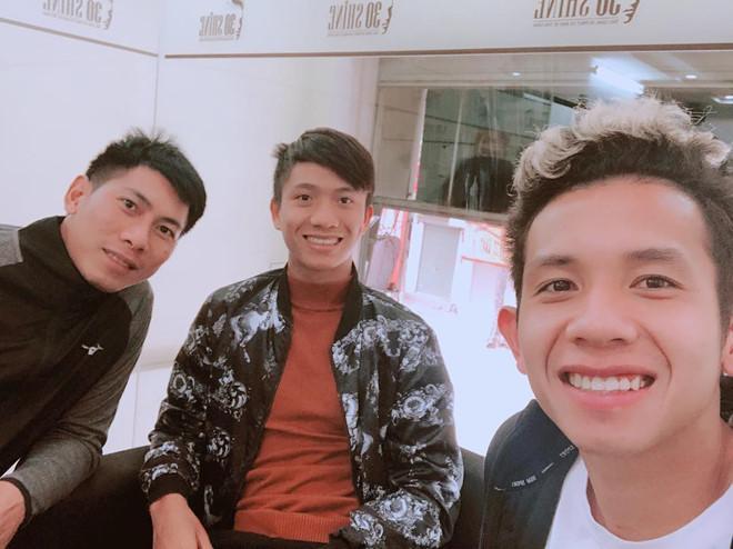 Hồng Duy khoe tóc mới, Huy Hùng hẹn hò với bạn gái trong ngày nghỉ-4