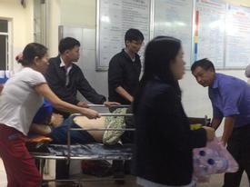 Xe khách nổ lốp lật nhào giữa đường, 8 người nhập viện
