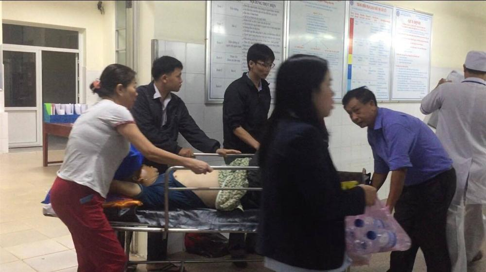 Xe khách nổ lốp lật nhào giữa đường, 8 người nhập viện-1