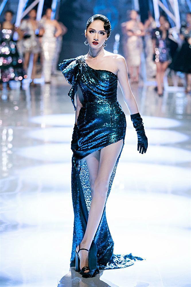 Trở về từ Miss World, Tiểu Vy catwalk cùng Hương Giang, Đỗ Mỹ Linh, Lan Khuê mà không hề bị lép vế-2
