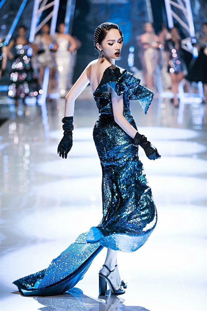 Trở về từ Miss World, Tiểu Vy catwalk cùng Hương Giang, Đỗ Mỹ Linh, Lan Khuê mà không hề bị lép vế-3