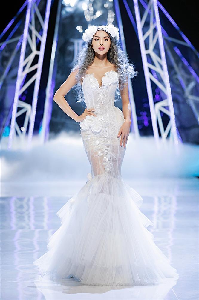 Trở về từ Miss World, Tiểu Vy catwalk cùng Hương Giang, Đỗ Mỹ Linh, Lan Khuê mà không hề bị lép vế-4