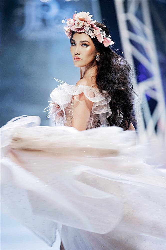 Trở về từ Miss World, Tiểu Vy catwalk cùng Hương Giang, Đỗ Mỹ Linh, Lan Khuê mà không hề bị lép vế-6