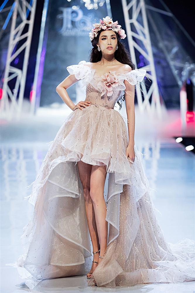 Trở về từ Miss World, Tiểu Vy catwalk cùng Hương Giang, Đỗ Mỹ Linh, Lan Khuê mà không hề bị lép vế-5