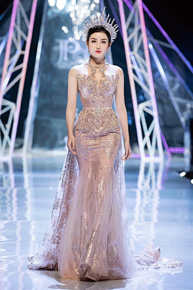 Trở về từ Miss World, Tiểu Vy catwalk cùng Hương Giang, Đỗ Mỹ Linh, Lan Khuê mà không hề bị lép vế-7