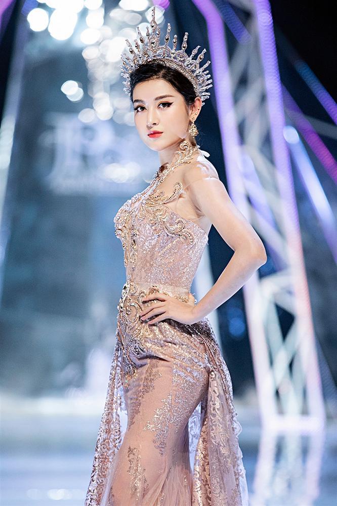 Trở về từ Miss World, Tiểu Vy catwalk cùng Hương Giang, Đỗ Mỹ Linh, Lan Khuê mà không hề bị lép vế-8