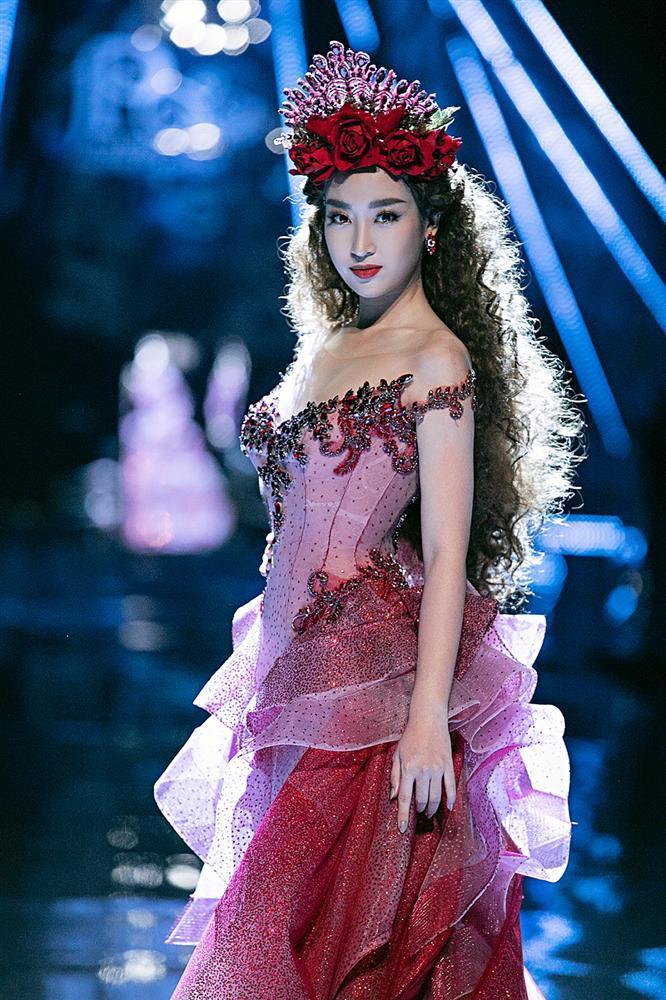 Trở về từ Miss World, Tiểu Vy catwalk cùng Hương Giang, Đỗ Mỹ Linh, Lan Khuê mà không hề bị lép vế-10