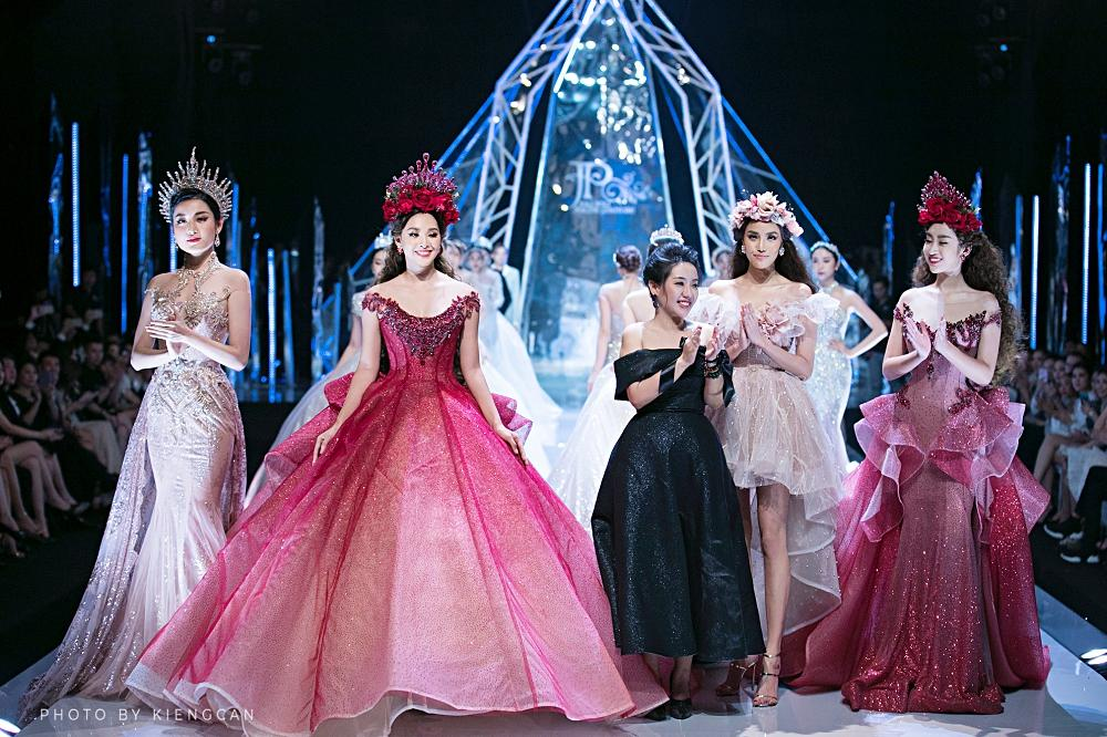 Trở về từ Miss World, Tiểu Vy catwalk cùng Hương Giang, Đỗ Mỹ Linh, Lan Khuê mà không hề bị lép vế-1