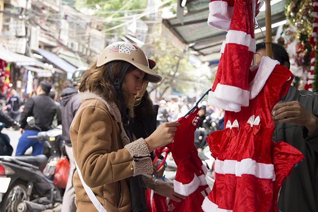 Ảnh: Phố Hàng Mã rực rỡ sắc màu mùa Noel xua tan lạnh giá-3