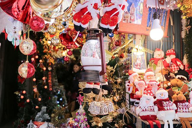 Ảnh: Phố Hàng Mã rực rỡ sắc màu mùa Noel xua tan lạnh giá-5