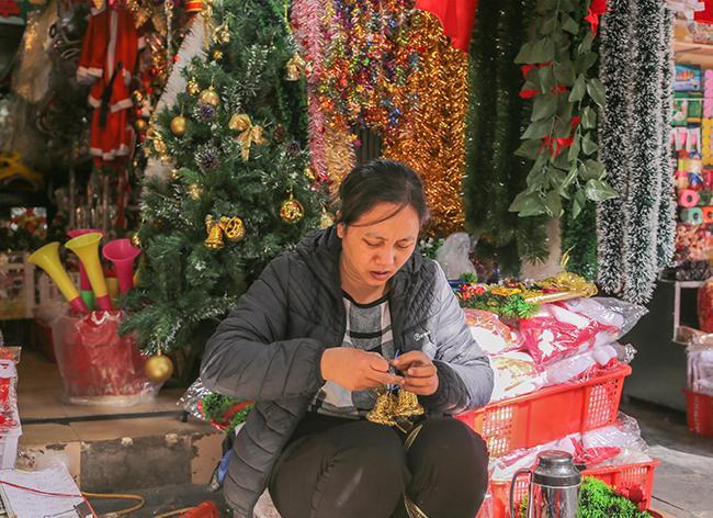 Ảnh: Phố Hàng Mã rực rỡ sắc màu mùa Noel xua tan lạnh giá-6