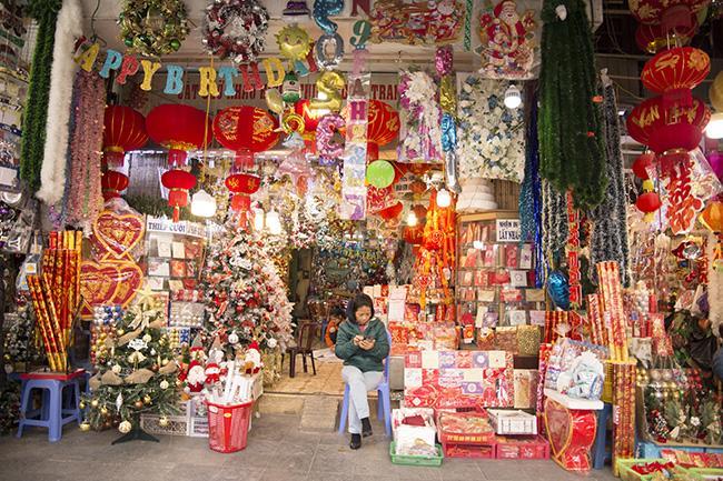 Ảnh: Phố Hàng Mã rực rỡ sắc màu mùa Noel xua tan lạnh giá-10