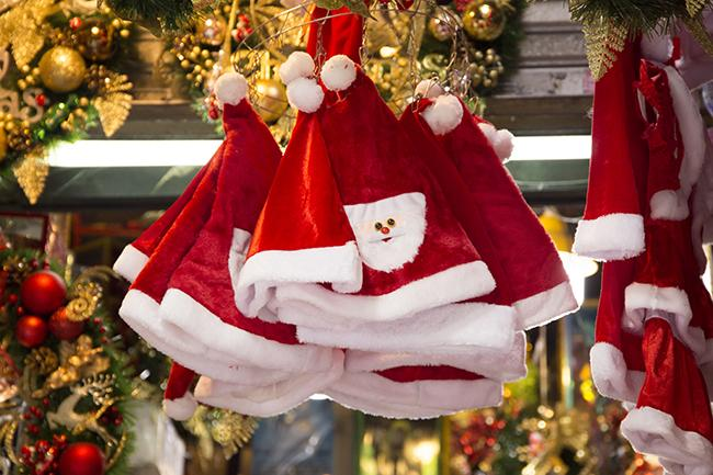 Ảnh: Phố Hàng Mã rực rỡ sắc màu mùa Noel xua tan lạnh giá-12