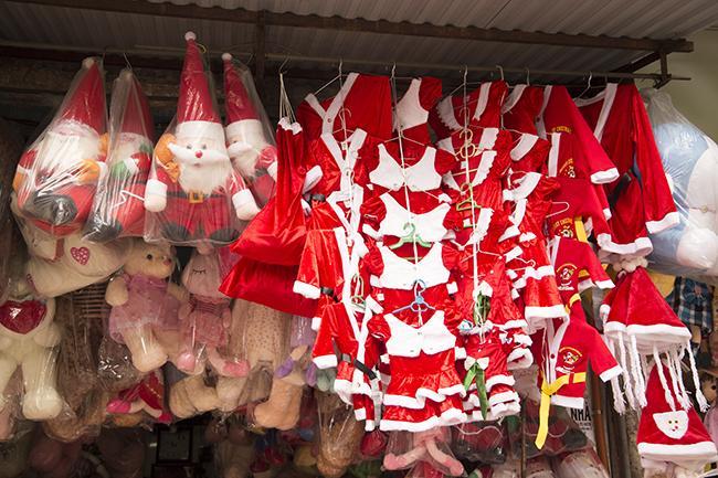 Ảnh: Phố Hàng Mã rực rỡ sắc màu mùa Noel xua tan lạnh giá-9