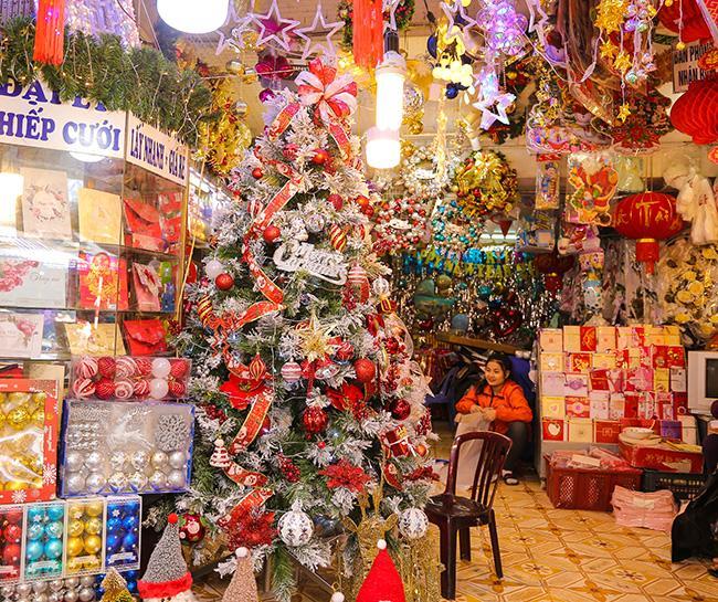 Ảnh: Phố Hàng Mã rực rỡ sắc màu mùa Noel xua tan lạnh giá-15
