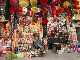 Ảnh: Phố Hàng Mã rực rỡ sắc màu mùa Noel xua tan lạnh giá