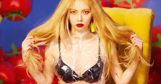 Những nữ ca sĩ Kpop liên tục vướng tranh cãi vì trang phục phản cảm-5