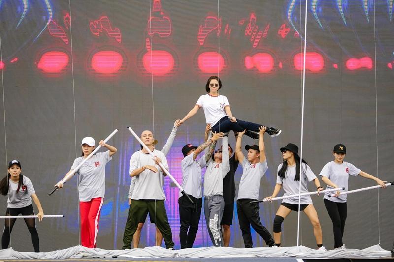 Bất chấp sân khấu trơn trượt, Thu Minh, Bảo Anh, Bích Phương vẫn tập chương trình với vũ đạo khó nhằn-3
