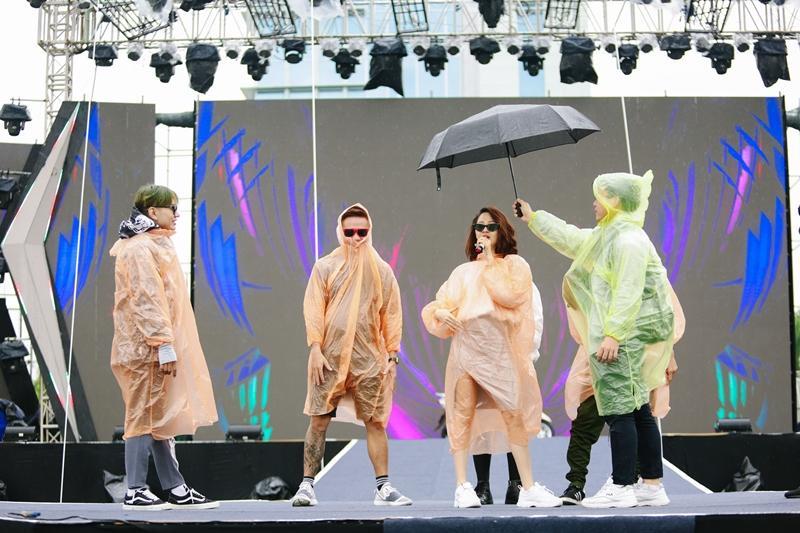 Bất chấp sân khấu trơn trượt, Thu Minh, Bảo Anh, Bích Phương vẫn tập chương trình với vũ đạo khó nhằn-7