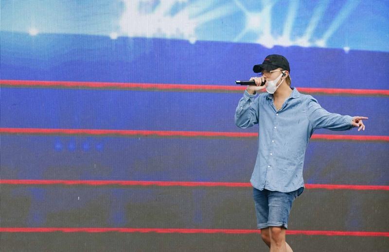Bất chấp sân khấu trơn trượt, Thu Minh, Bảo Anh, Bích Phương vẫn tập chương trình với vũ đạo khó nhằn-10
