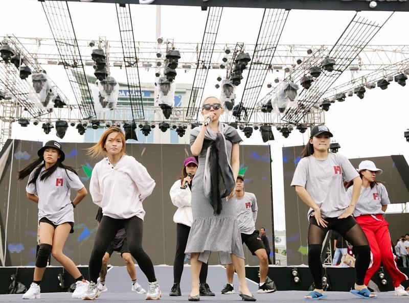 Bất chấp sân khấu trơn trượt, Thu Minh, Bảo Anh, Bích Phương vẫn tập chương trình với vũ đạo khó nhằn-5