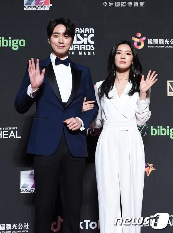 Song Joong Ki - Ahn Jae Hyun cùng BTS và Wanna One đổ bộ thảm đỏ MAMA 2018-6