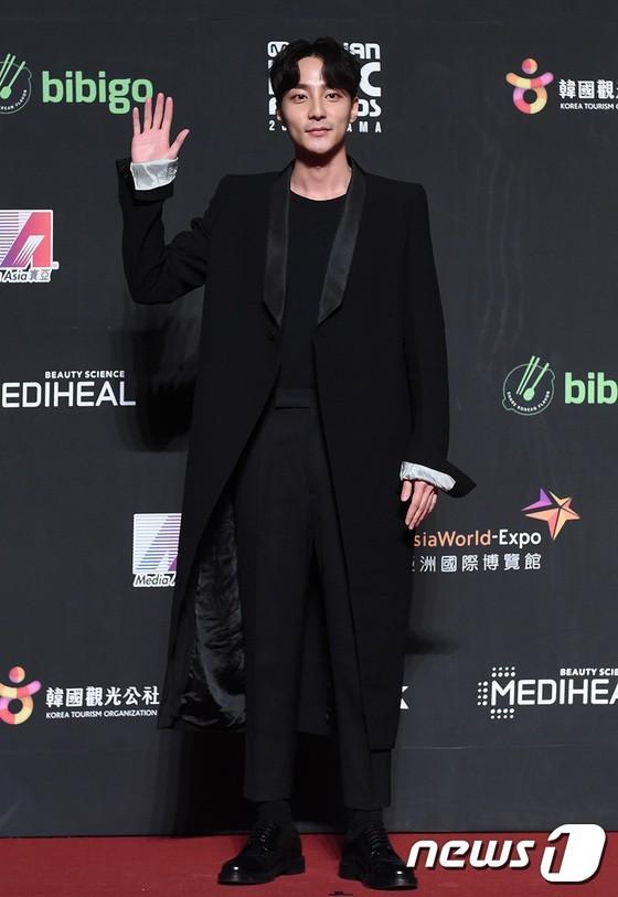 Song Joong Ki - Ahn Jae Hyun cùng BTS và Wanna One đổ bộ thảm đỏ MAMA 2018-10