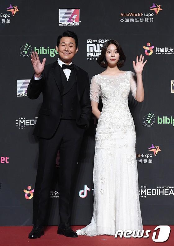 Song Joong Ki - Ahn Jae Hyun cùng BTS và Wanna One đổ bộ thảm đỏ MAMA 2018-12